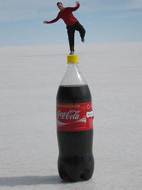 Auf der großen Cola-Flasche stehend